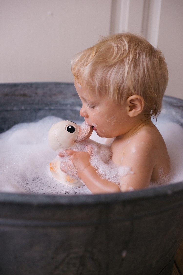 hevea_kawan_toy_with_kid_bath_3.jpg